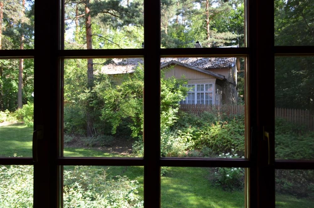 через окно нового дома Кати виден дом старой дачи, где она провела детство