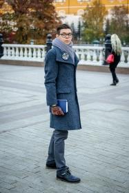 фото Анна Антонова. брошь #лацкандня, шарф Ugart designe, пальто Lounger