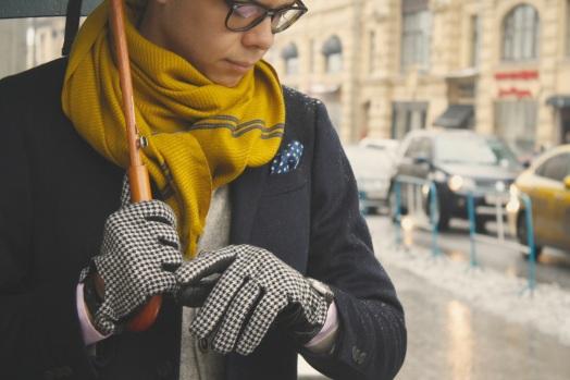 Тим Ильясов желтый шарф перчатки